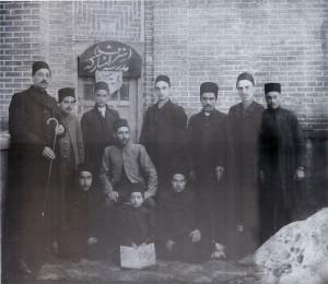 نمایی از مدرسه ی شرافت | از چپ به راست: میرزا شفیع صدر ، مستوفی،میرزابخشعلی،میرزامسعود در اواخر دوره قاجار