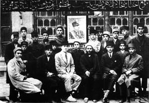 معلم ها و فارغ التحصیلان کلاس ششم ابتدایی مدرسه نمره یک در خرداد 1308 خورشیدی