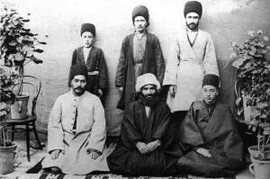 نشسته از راست : شیخ الاسلام قدس ،میرزا جواد شیخ الاسلام،آقا میرزا بابا مستوفی